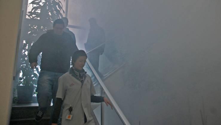 Rauch im Treppenhaus simulierte einen Brand. Bild: Toni Widmer