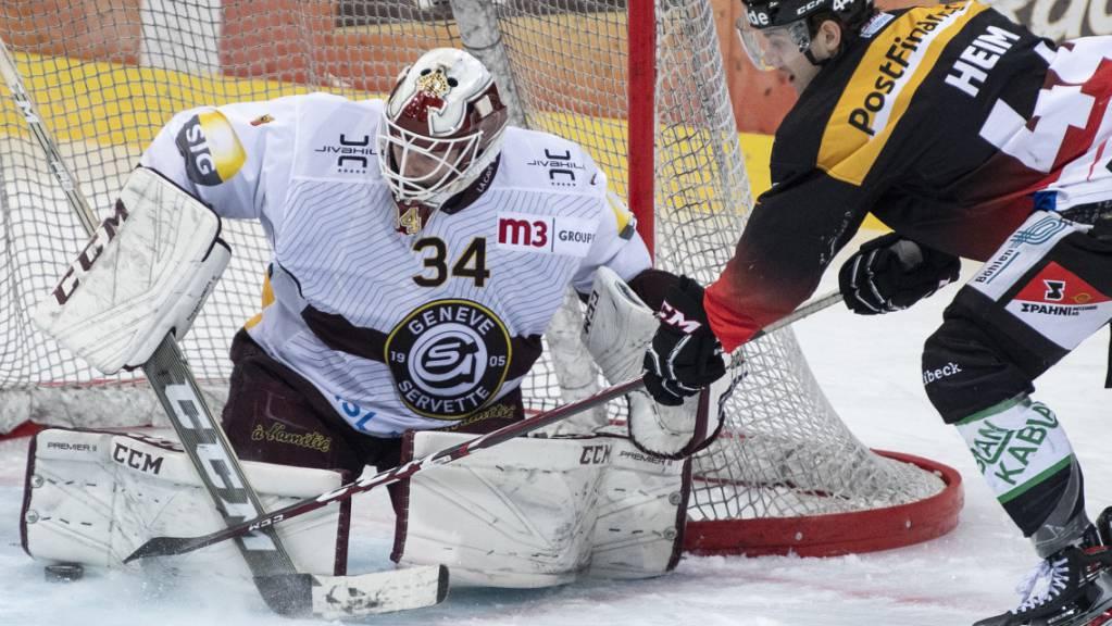 André Heim vom SC Bern bringt hier Genf-Servettes Goalie Gauthier Descloux in Bedrängnis