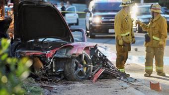 Die Unfallstelle mit dem total demolierten Sportwagen