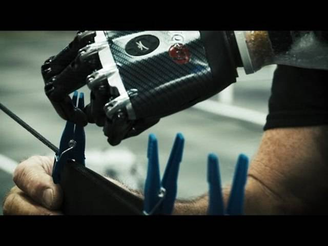 Am Geschicklichkeitsparcours mit Armprothesen können Piloten teilnehmen, die eine ein- oder beidseitige Unter- oder Oberarmamputation haben.