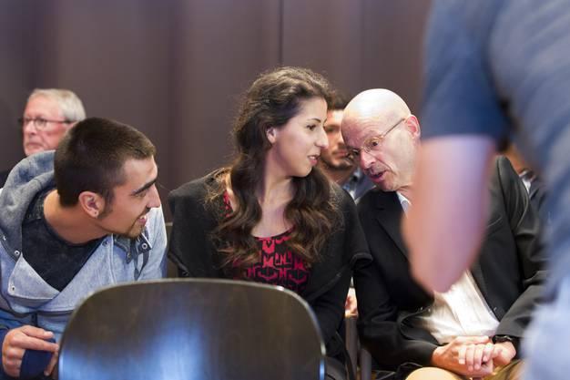 Anwalt Markus Leimgruber teilt Funda Yilmaz das positive Resultat der Abstimmung zu ihrer Einbürgerung mit, am 18. Oktober 2017 in Buchs.