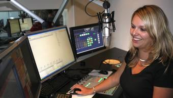 Radio 32-Moderatorin Jenni Herren bei der Arbeit. Die Mehrheitsbeteiligung des Privatradios befindet sich nicht mehr länger bei der AZ Medien AG.