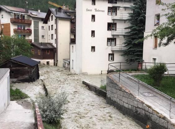 Der Triftbach in Zermatt führte ab Mittwochabend um 18 Uhr plötzlich Hochwasser. Eine Gletschtertasche hatte sich entleert.
