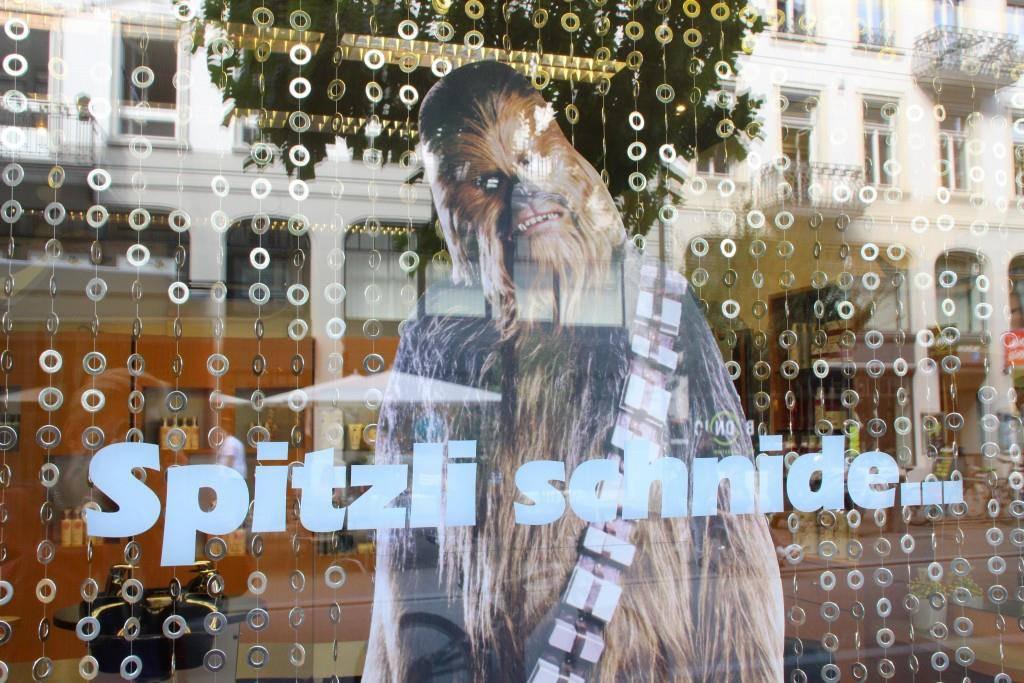 """""""Spitzli schnide."""" So wirbt Coiffeur X an der Poststrasse in St.Gallen."""
