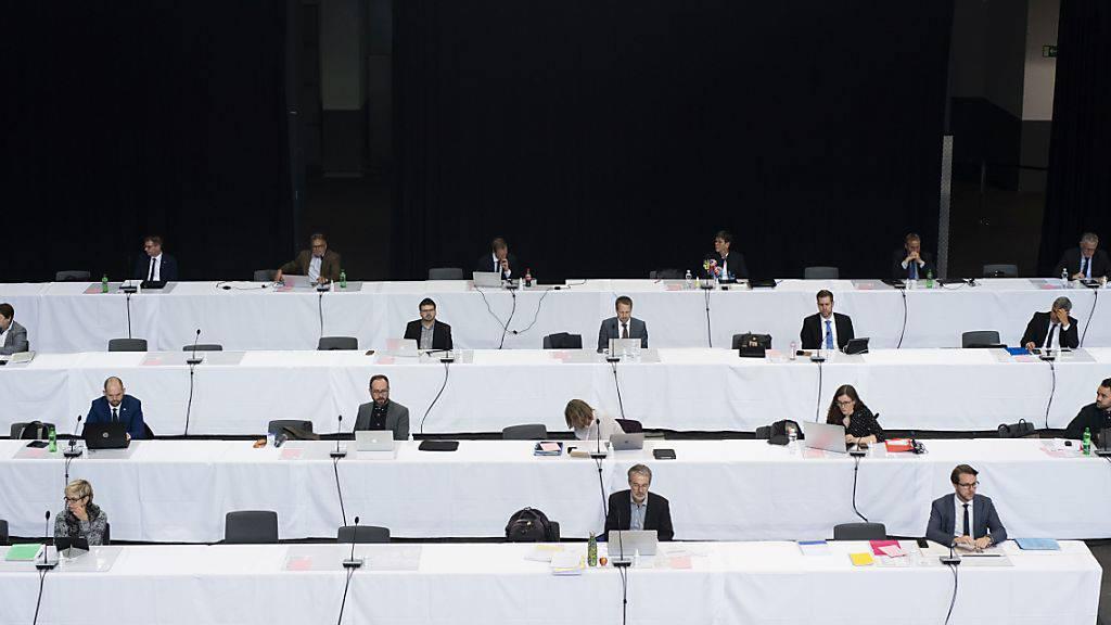 Der Grosse Rat Graubünden traf sich am Montag wegen der Coronavirus-Pandemie in der Churer Stadthalle zur Session.