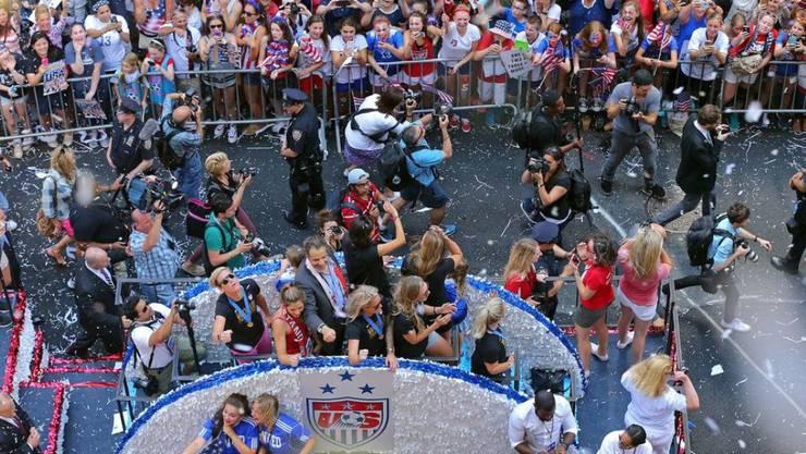 Siegesparade des US-Teams nach der Frauen-Fussball-WM 2015. Nach statistischen Berechnungen von Universitäten in Deutschland, Belgien und Österreich soll sich der Triumph 2019 wiederholen. (Archivbild)
