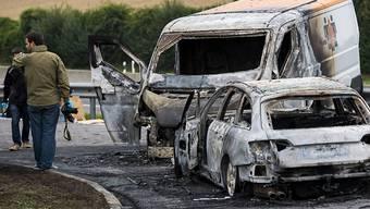 Filmreifes Szenario bei der Autobahnausfahrt La Sarraz VD nach einem spektakulären Raubüberfall auf einen Geldtransporter.