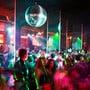 In Clubs, Bars und Restaurants, in denen weder der Sicherheitsabstand noch Schutzmassnahmen ergriffen werden können, wird die maximale Anzahl Gäste auf 100 Personen beschränkt.