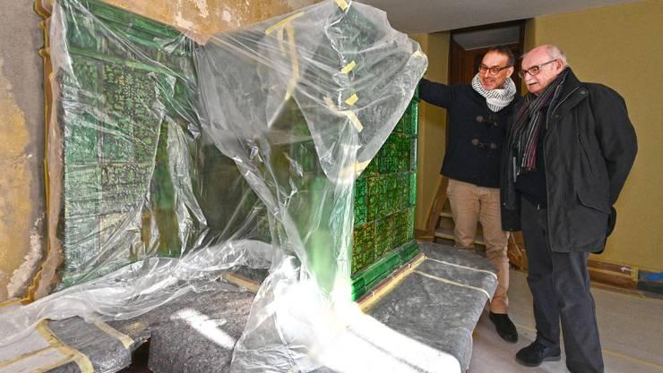 Architekt Reto Esslinger (links) und Stiftungsratspräsident Peter André Bloch (rechts) begutachten die schönen grünen Kacheln.