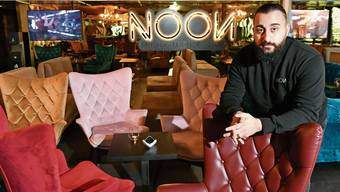 Betreiber Mabast Izzet in seiner Shisha-Lounge im Hägi-Park, die er vor rund einem Jahr eröffnet hat.