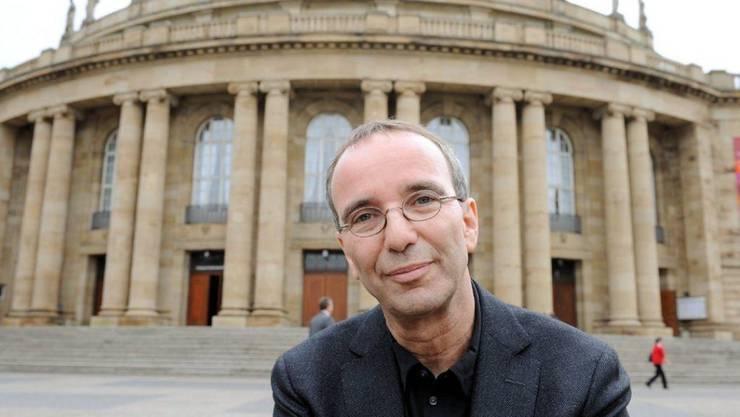Der scheidende Intendant der Oper Stuttgart, der Schweizer Regisseur Jossi Wieler, ist ein geduldiger Zuhörer und ein rastloser Schaffer. So steht es in einem umfangreichen Bildband, der sein langjähriger Co-Regisseur Sergio Morabito über ihn herausgegeben hat.