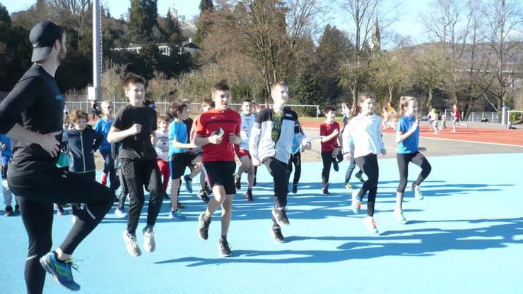 In der Badener Aue war am Mittwoch Schwitzen angesagt. Rund 100 Schülerinnen und Schüler trainierten für den grossen Lauf am 24. März.