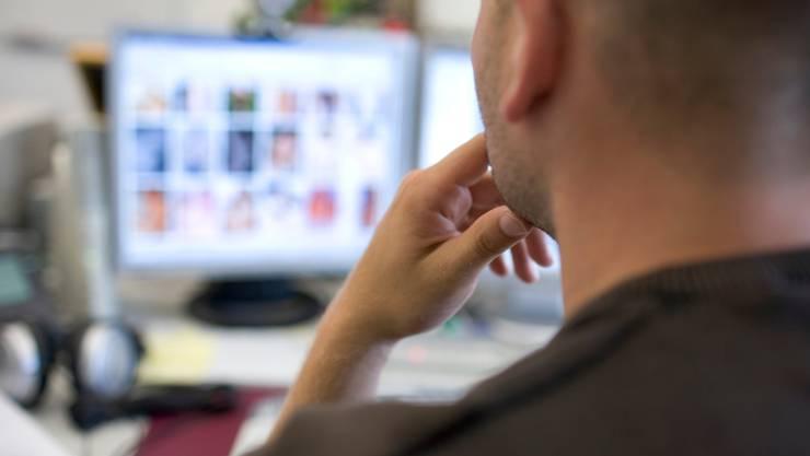 Ein Fahnder durchforstet das Internet nach illegalen Aktivitäten. (Symbolbild)