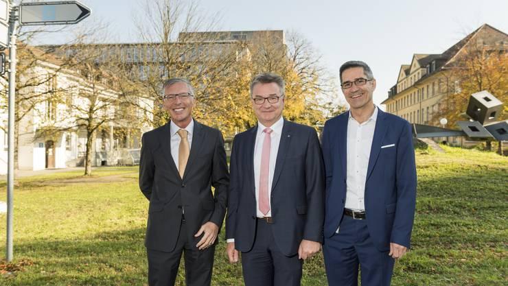 vl. Konrad Widmer, VR Präsident, Robert Rhiner, CEO, und Sergio Baumann, Betriebsleiter, vor dem Gelände das neu überbaut werden soll, Aarau, 3. November 2017.
