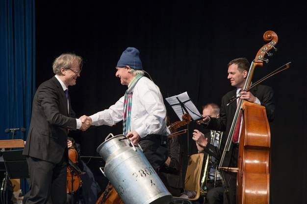 Emil Steinberger bedankt sich bei Ludwig Wicki, der mit einem Ensemble des 21st Century Orchestra die Preisübergabe musikalisch umrahmte.
