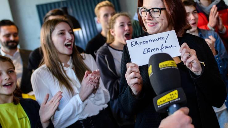 """Annette Schwartzmanns, die Marketingleiterin des Langenscheidt-Verlags, präsentiert gemeinsam mit der Jury das """"Jugendwort des Jahres"""" 2018."""