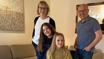 «Die erste Woche hat uns total durcheinandergebracht»: Sybil Schreiber, Steven Schneider und ihre Töchter Alma und Ida zu Hause im Wohnzimmer.