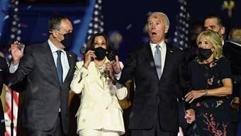 Wow, was für ein Sieg! Kamala Harris mit Ehemann Doug Emhoff (links) und Joe und Jill Biden freuen sich über den Wahlerfolg.