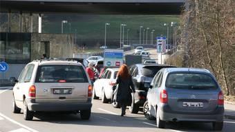 Mit der Ausfuhr-App soll der Verkehr an den Grenzübergängen Stein/Bad Säckingen, Laufenburg (Bild) und Rheinfelden flüssiger laufen. (Archiv)