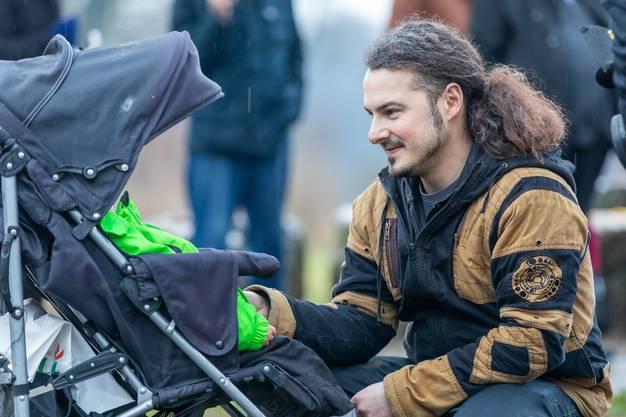 Hildis Sohn Ivor Rivola bei seiner Tochter im Kinderwagen.