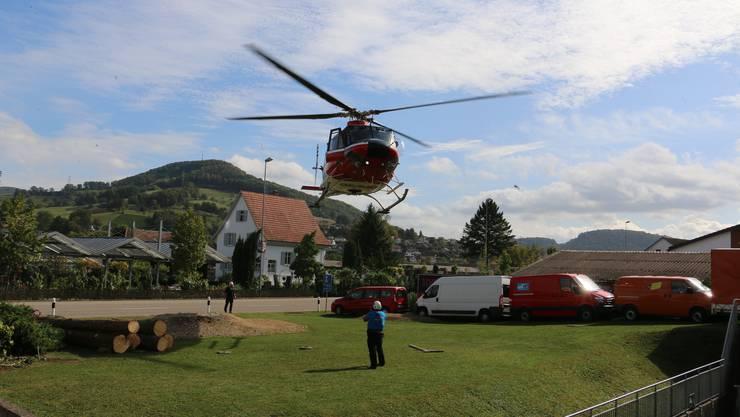 Pilot Stefan Roth landete den Helikopter sicher auf der Wiese.