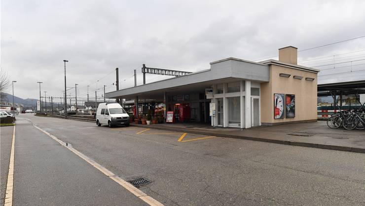 Das Bahnhofsgebäude kommt weg, die Velo-Unterstände (am rechten Bildrand) werden verschoben.