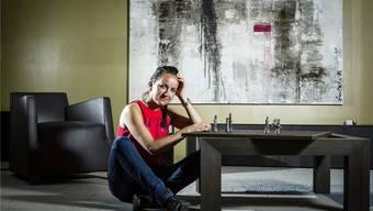 Manuela Flückiger mit einem von ihr designeten Tisch mit auswechselbarer Spielbrett-Tischplatte.
