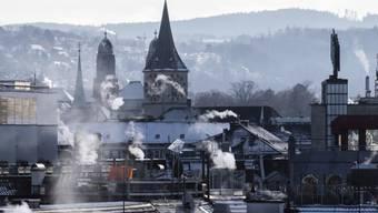 Rauch steigt aus Stadtzürcher Kaminen: Der WWF Schweiz sieht bei der Gebäude-Energiepolitik der Kantone Nachholbedarf. (Themenbild)