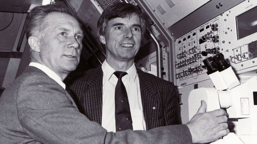 Erster Deutscher im All: Sigmund Jähn (links) im Jahr 1990 mit dem Astronauten Ulf Merbold. Nun ist Jähn mit 82 Jahren verstorben.