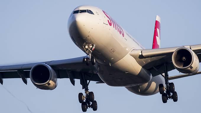 Ein Airbus A330-300 der Swiss im Landeanflug auf Piste 14 am Flughafen Zürich. (Archivbild)