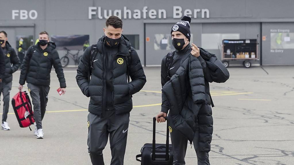 Quentin Maceiras (rechts) und Vincent Sierro auf dem Weg ins Flugzeug.