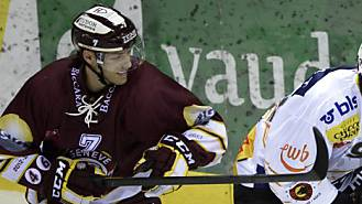 Servettes Marc Gautschi (l.) attackiert Berns John Tavares.