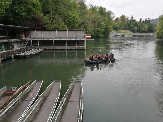 Ankunft im Depot eines Schlauchbootes