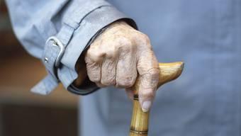Mit Ergänzungsleistungen werden AHV- und IV-Renten aufgestockt, wenn diese nicht zum Leben reichen. Nun sollen 450 Millionen Franken gespart werden. (Symbolbild)