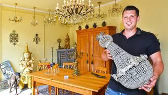Im Laden von Antiquitätenhändler Louis Philippe Hufschmid nehmen Kristallleuchten einen wichtigen Platz ein.