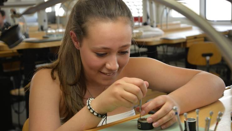 Nicht jede Schülerin hat die Geduld und die Fingerfertigkeit, die es zum Uhrmacher braucht.