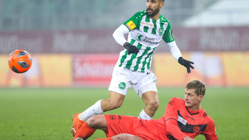 St. Gallens Victor Ruiz (stehend), hier im Kampf um den Ball mit Luganos Roman Macek, ist positiv auf Covid-19 getestet