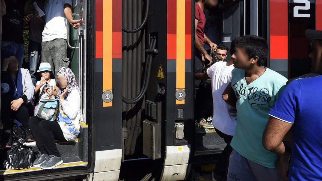 Flüchtlinge am Montag auf einem Bahnsteig am Bahnhof in Hegyeshalom, Ungarn.