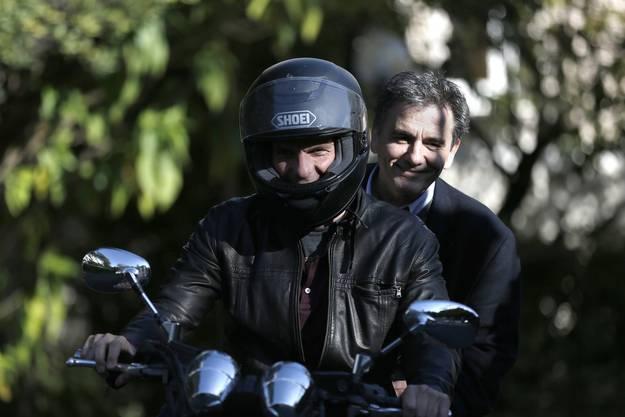Verstehen sich gut: Yanis Varoufakis mit seinem Nachfolger Euklid Tsakalotos. (Archiv)