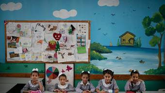 Mädchen im Zimmer einer Schule in Gaza die vom Palästinenser-Hilfswerk der UNO betrieben wird. (Archivbild)