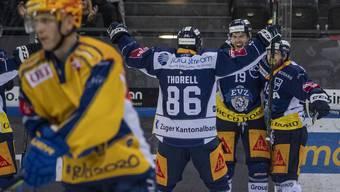 Jubel bei Torschütze Oscar Lindberg (Zweiter von rechts) nach dem 2:1.