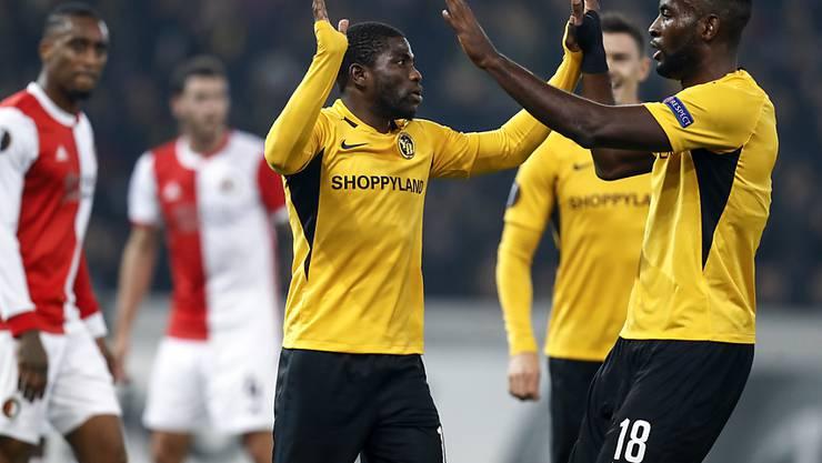 Die YB-Matchwinner klatschen sich ab: Roger Assalé (links) und Jean-Pierre Nsame verwandelten je einen Penalty