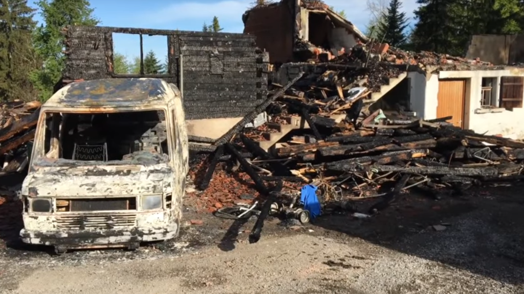 Beim Brand entstanden am Auto und am Haus Totalschaden.