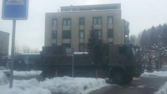Militärlastwagen im Kreisel in Zuchwil verunfallt