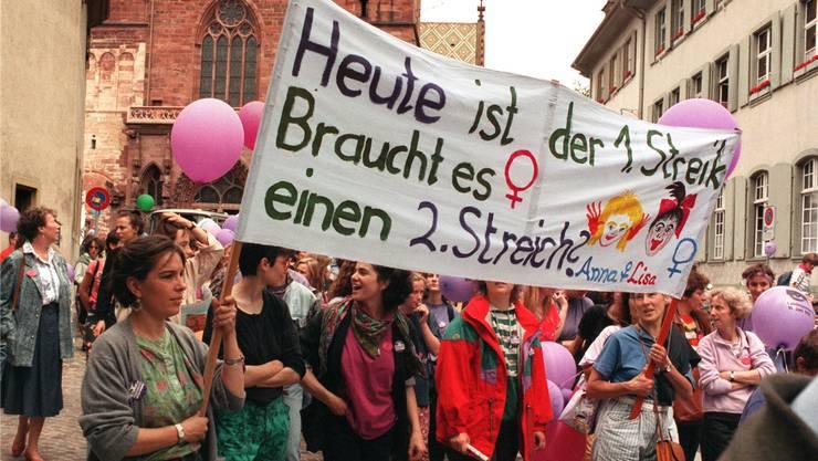 Am 14. Juni 1991 streikten in der ganzen Schweiz eine halbe Million Frauen. Sie forderten gleiche Löhne für gleichwertige Arbeit. Das Bild zeigt Teilnehmerinnen der Basler Demo, sie stehen auf dem Münsterplatz.