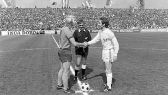 Captains unter sich: Karl Odermatt (FC Basel, links) und Köbi Kuhn vom FC Zürich begrüssen sich vor dem Rivalenduell (Bild: key).