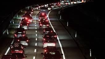 Die Autobahn musste mehrere Stunden lang gesperrt werden – es kam zu kilometerlangen Rückstaus. (Archivbild)