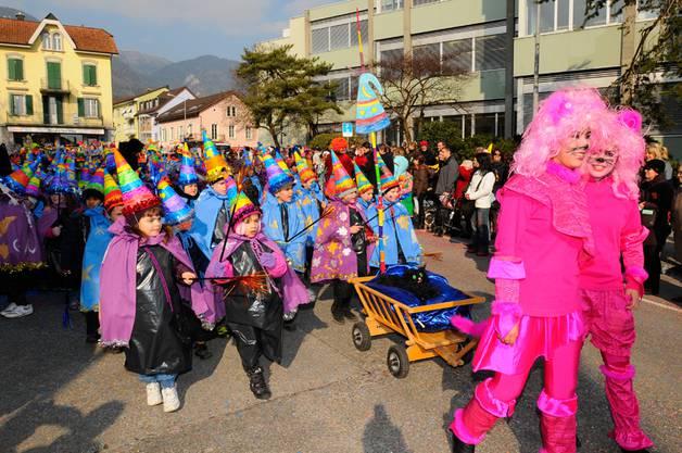 Ein farbenfroher, be-sonne-ner Kinderumzug in Grenchen. (Fotos: Oliver Menge)
