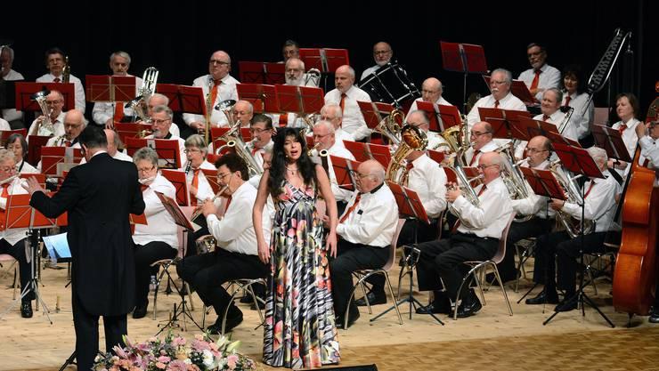 Noëmi Nadelmann und das Veteranenspiel Kanton Solothurn begeisterten 2016 im Mühlemattsaal beim gemeinsamen Konzert.