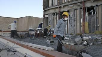Aufräumarbeiten nach dem Erdbeben im Iran vor zwei Wochen. Die Zahl der Toten ist weiter gestiegen. (Archiv)